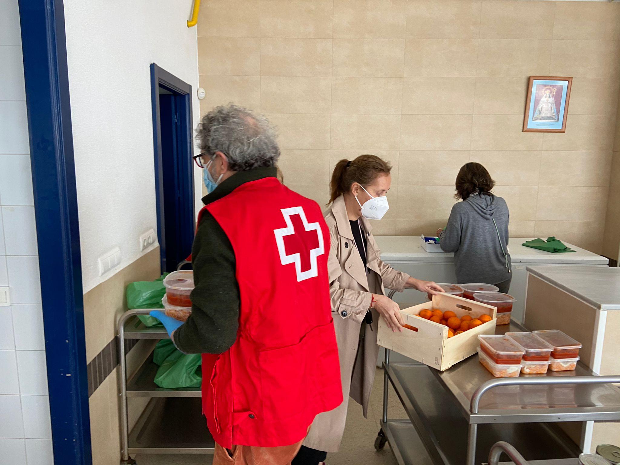 Cruz Roja  distribuye los menús en el comedor El Pan Nuestro
