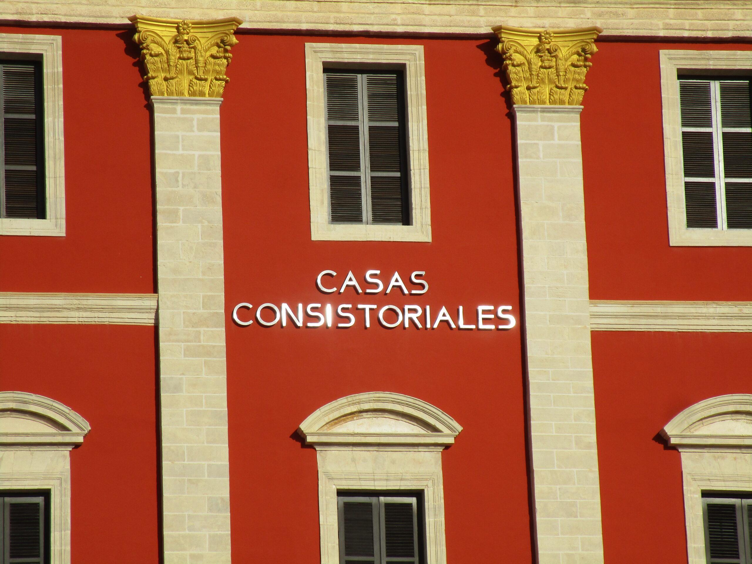 """El PP baraja llevar a los tribunales al Gobierno de Cavada por la colocación del rótulo """"Casas Consistoriales"""""""