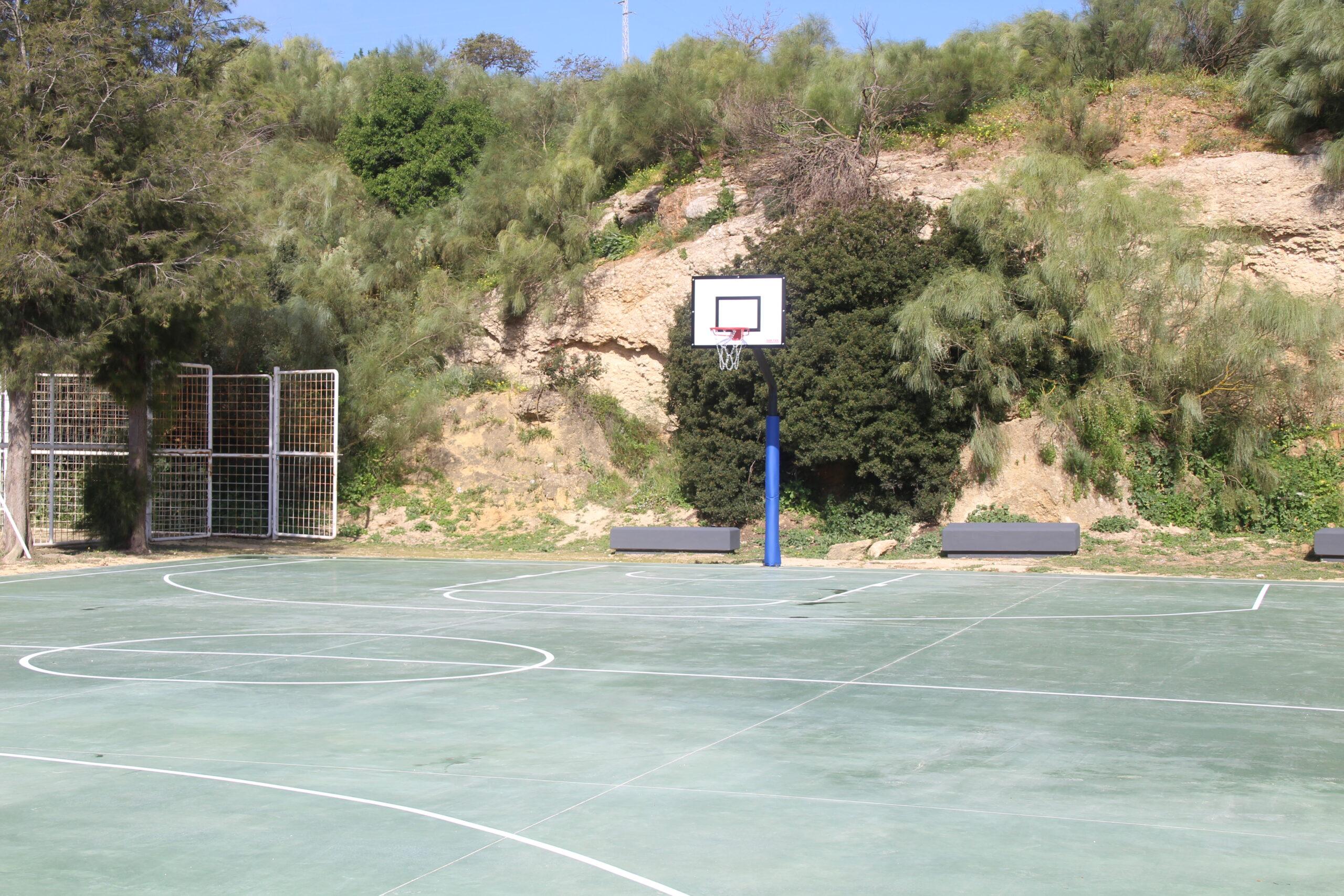 Finalizan las obras de la pista de Baloncesto de La Almadraba