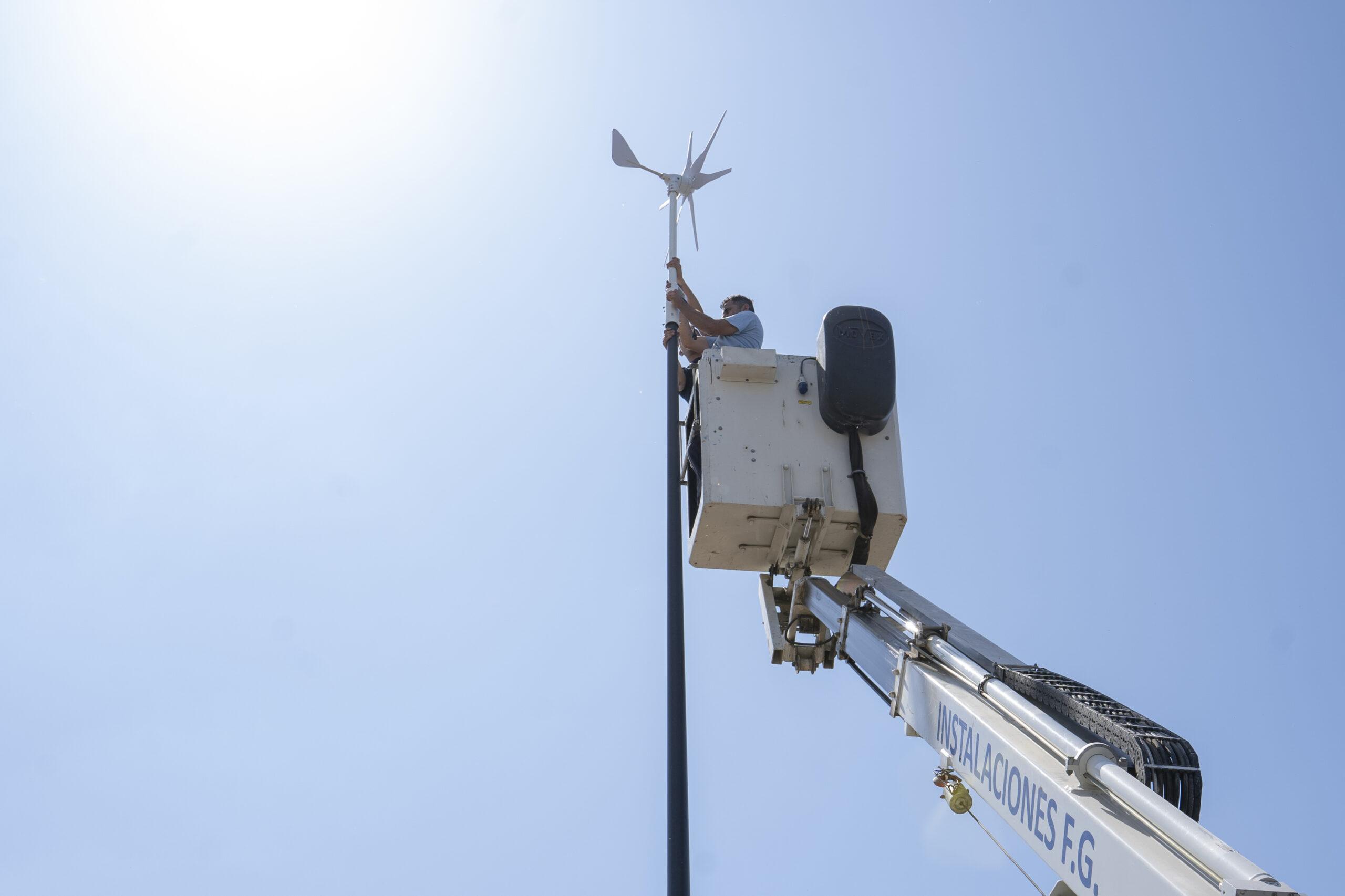 Comienza la instalación de 26  fotovoltaicas y eólicas en el paseo de Camposoto