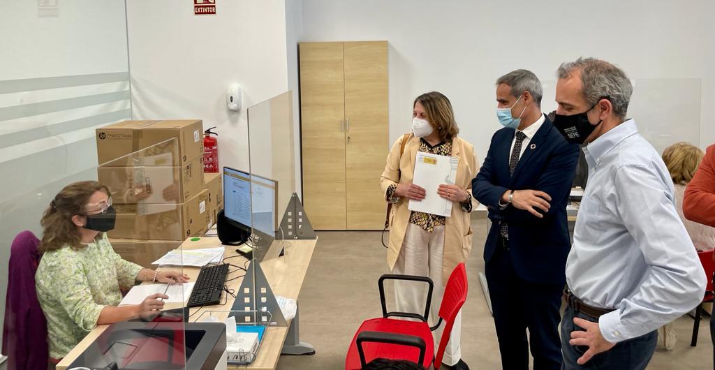 El subdelegado visita la nueva oficina de Empleo en San Fernando