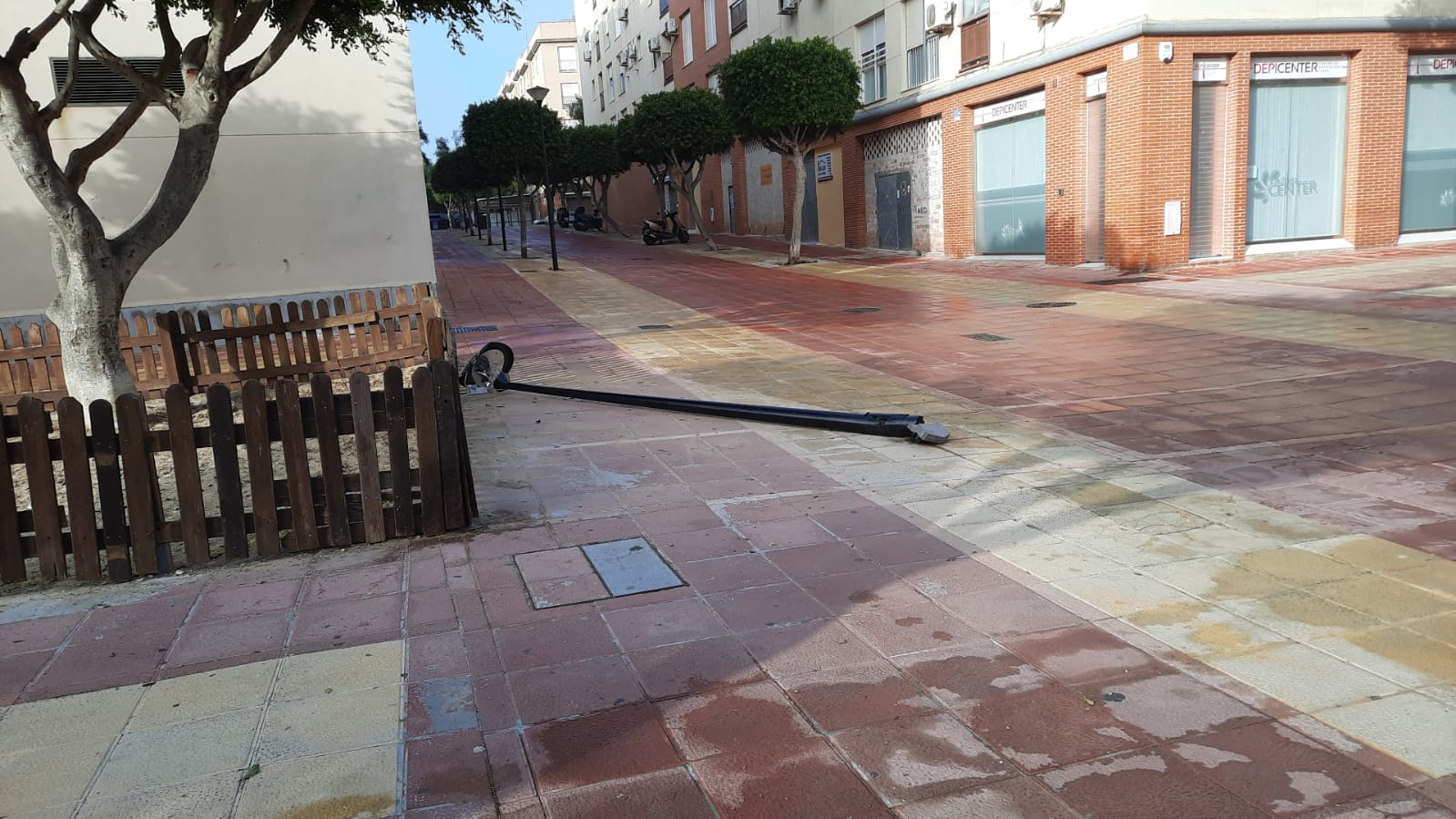 AxSí: «La farola caída en la Plaza de Las Alegrías es un ejemplo de la dejadez en el mantenimiento del alumbrado público»