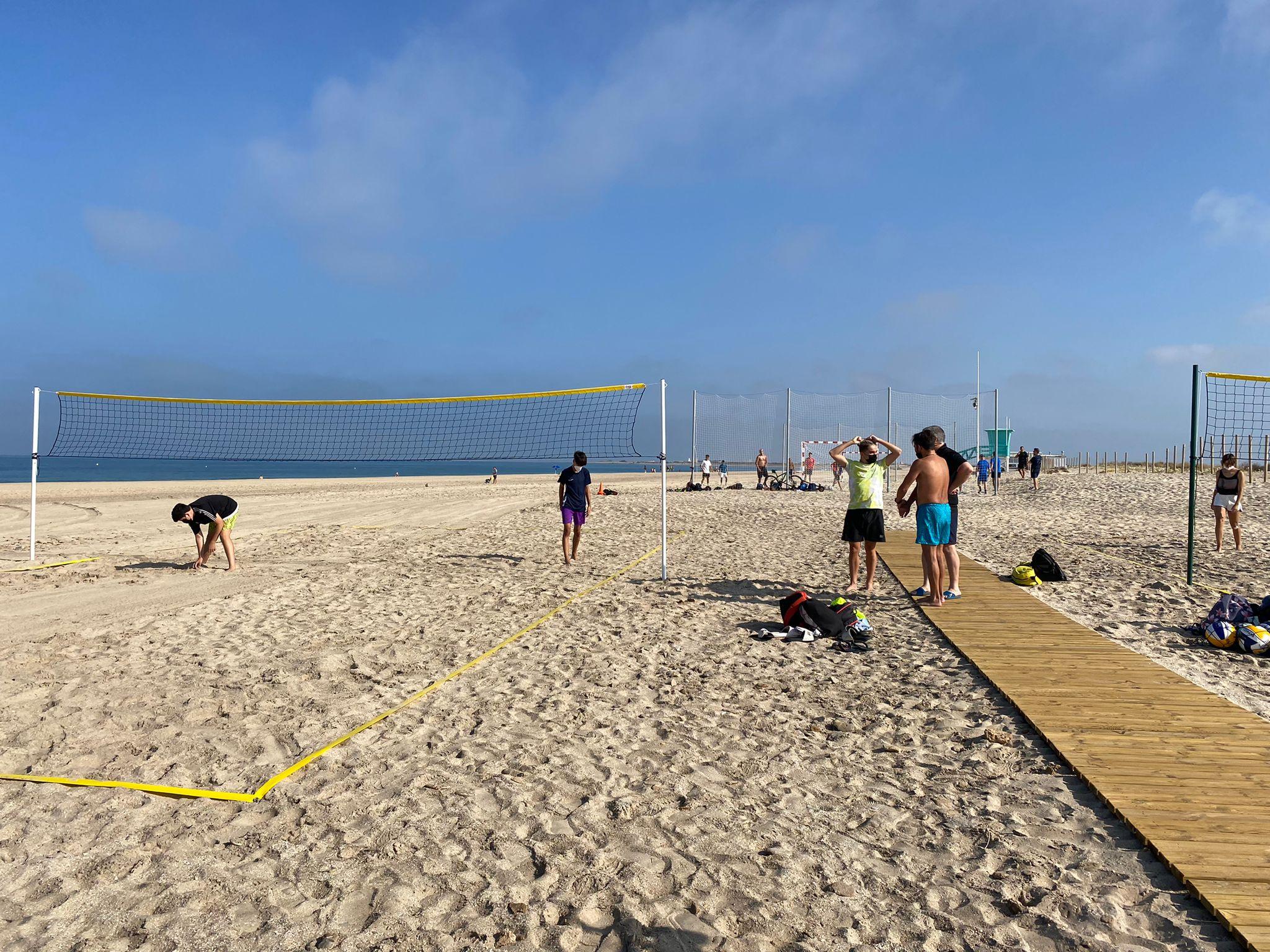 Los usuarios de la playa de Camposoto ya pueden disfrutar de las instalaciones deportivas